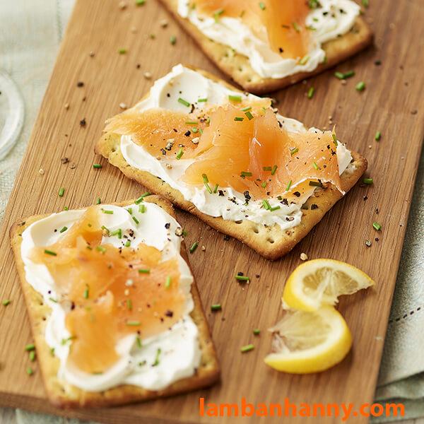 Cream Cheese sử dụng trực tiếp với bánh Cracker và cá hồi