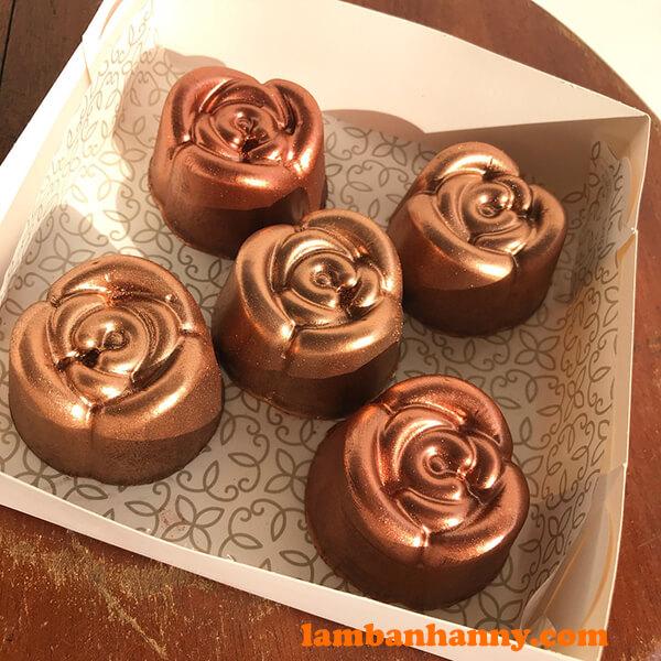 Socola hoa hồng phun kim tuyến lấp lánh, sang chảnh