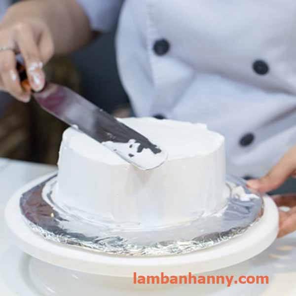 chà láng bánh kem bằng dao chà láng