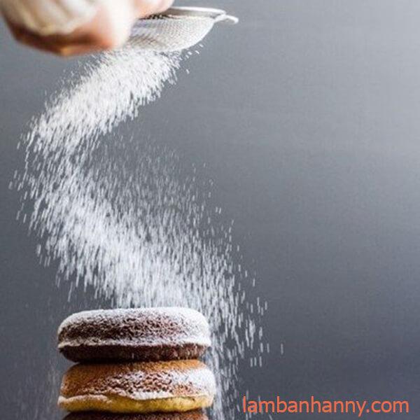 rắc lên các bánh donut