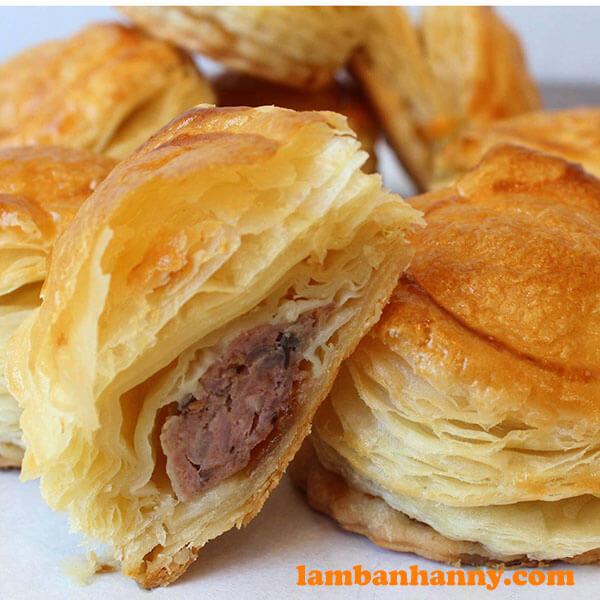 Bánh Pateso với lớp vỏ giòn rụm và nhân thịt thơm ngon