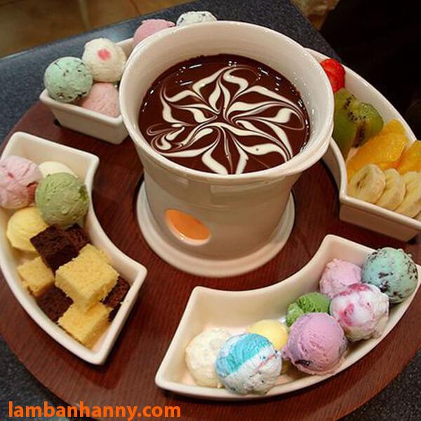 Lẩu socola ăn với kem tươi