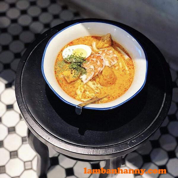 Mì hải sản cà ri nước cốt dừa