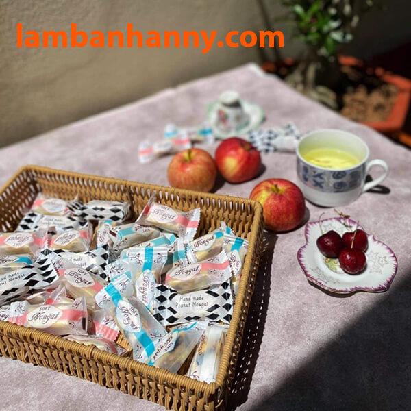 Kẹo nougat được đóng gói đầy trong bao bì màu sắc
