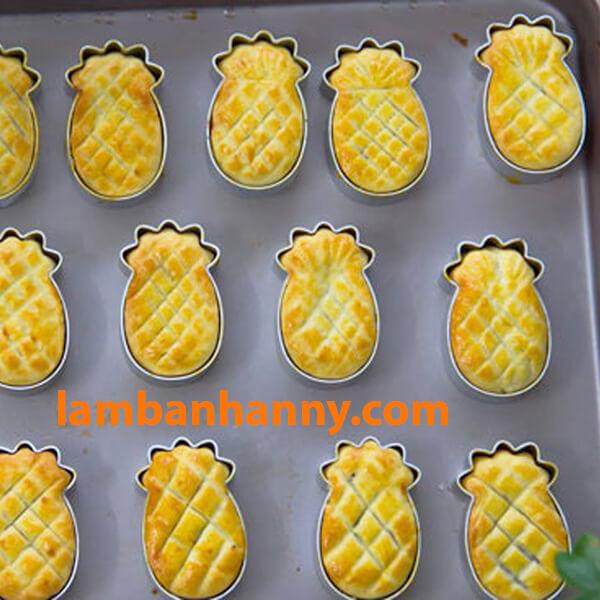 Khuôn nhôm giúp bánh dứa giữ được hình dáng ban đầu