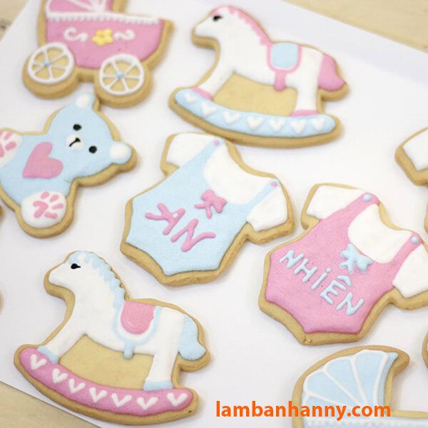 Bánh quy hình con ngựa gỗ dễ thương hơn khi được vẽ màu lên bánh