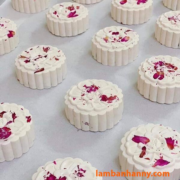 Hoa hồng khô là nguyên liệu cho bánh trung thu cách điệu rất hiện đại