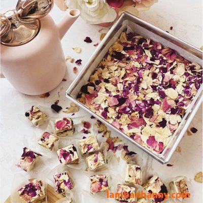 Kẹo Nougat hạt sữa trang trí với hoa hồng khô