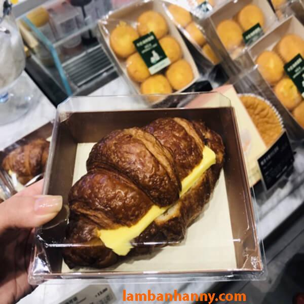 Nắp trong suốt của chiếc hộp giúp tôn thêm vẻ đẹp của chiếc bánh đựng bên trong