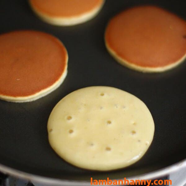 Rán bánh bằng chảo chống dính đến khi mặt bánh vàng