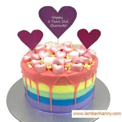 bánh kem được trang trí marshmallows hình trái tim