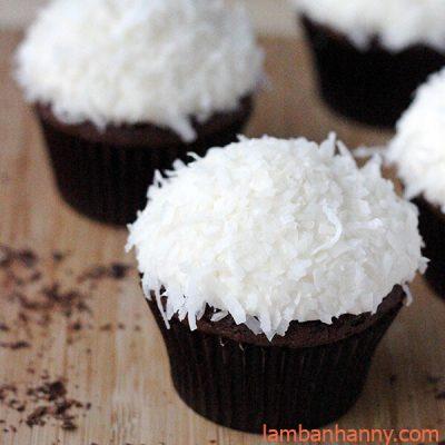 cupcake socola phủ dừa khô