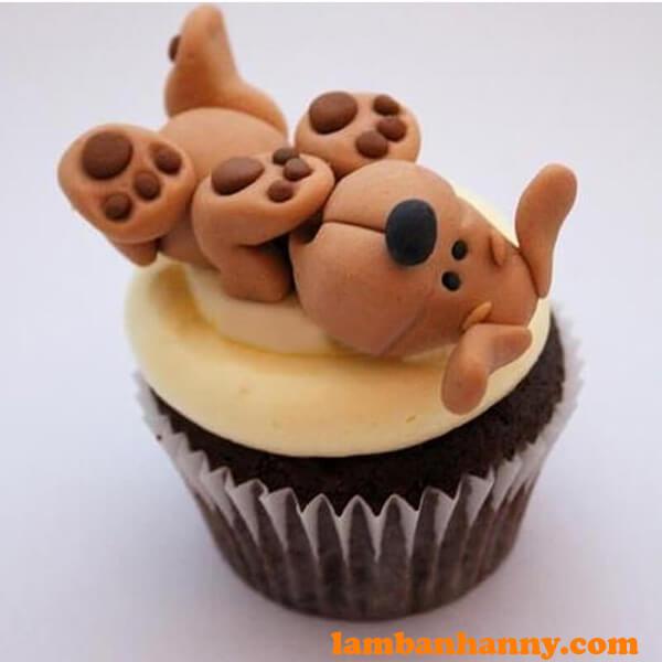 Bánh cupcake trang trí hoạt tiết chó nâu