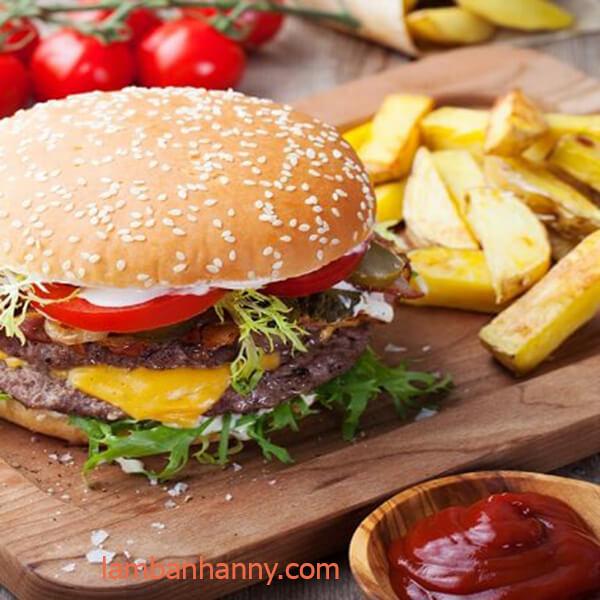 hamburger ăn kèm với tương cà