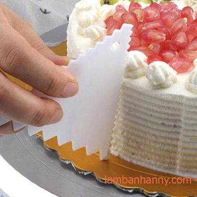 tạo vân bánh kem bằng dụng cụ tạo vân hình tam giác răng cưa
