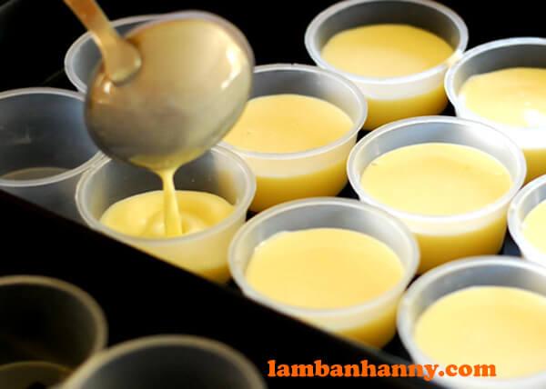 Đổ hỗn hợp trứng sữa vào từng khuôn và đem đi hấp