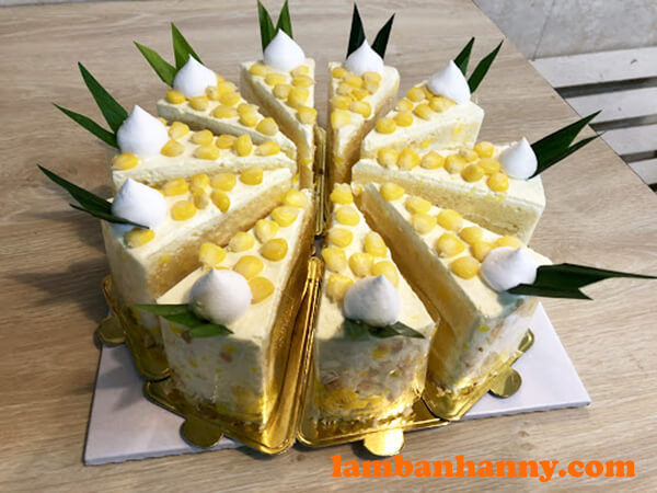 Bánh bông lan kem bắp cắt miếng