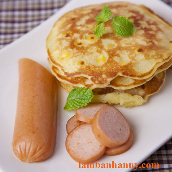 Bánh pancake kèm xúc xích