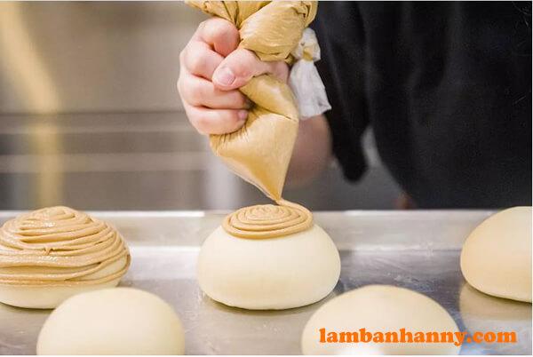 Nặn topping lên mặt trên của bánh