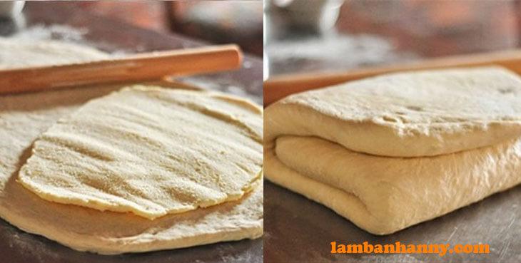 Đặt miếng bơ lạnh vào bột bánh
