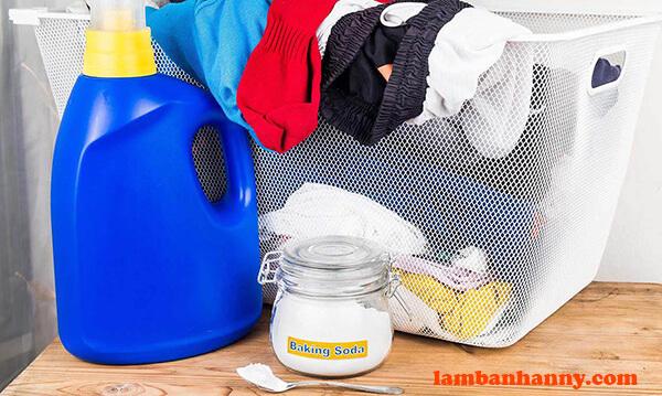 Làm sạch vết bẩn quần áo với baking soda