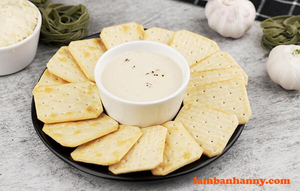 Sốt kem tỏi có thể ăn kèm với bánh quy, mì Ý, bít tết và hải sản