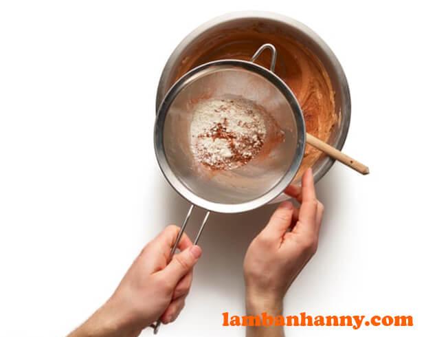 Rây hỗn hợp khô vào bột bánh