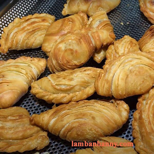 Hướng dẫn cách làm bánh gối vỏ sò nhân tôm thịt đơn giản thơm ngon tại nhà 4