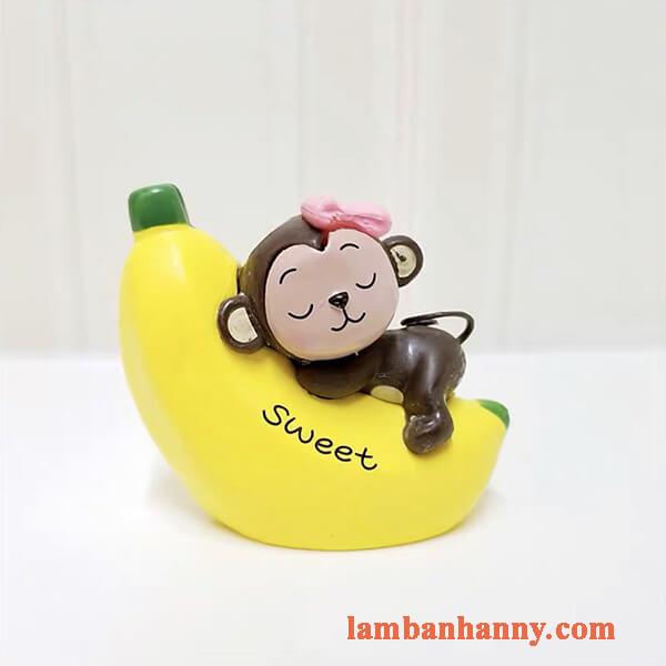 Khỉ ôm chuối trang trí bánh 4