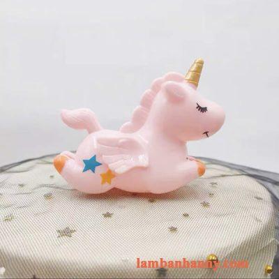 Ngựa một sừng nằm trang trí bánh 3
