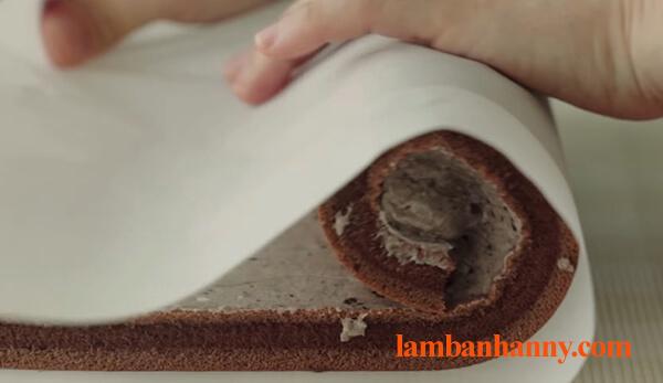 Cách làm bánh bông lan cuộn socola thơm ngon đơn giản tại nhà 10